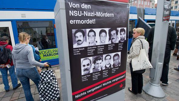 صوَر لعدد من المهاجرين من ضحايا النازيين الجدد على لوحة في مدينة روستوك شرق ألمانيا. د ب أ