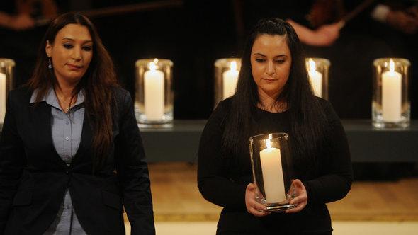 شابتان تركيتان من عائلات ضحايا النازيين الجدد في ألمانيا (غمزة كوباسيك على يمين الصورة و سمية شمشيك على يسار الصورة). د ب أ