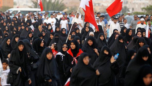 """صورة لإحدى مظاهرات جمعية """"الوفاق"""" المعارضة في جنوب العاصمة المنامة عام 2011. رويترز"""