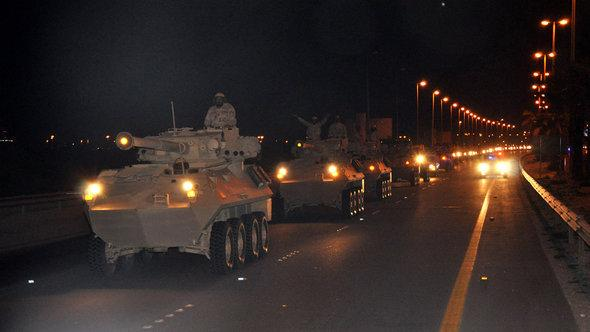دبابات سعودية تمر بالحدود البحرينية في 14 مارس/ آذار 2011. picture-alliance