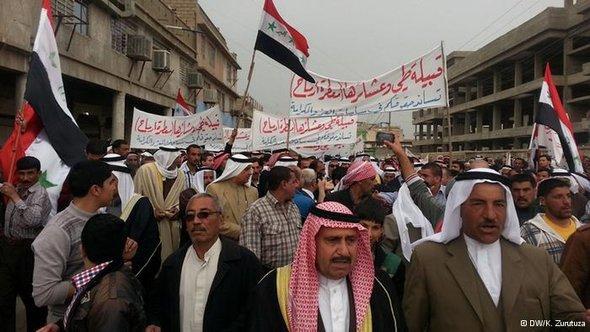 أعداد كبيرة من السُّنة في العراق يخرجون في مظاهرات كل يوم جمعة منذ أربعة أشهر لدفع حكومة المالكي على تنفيذ مطالبهم