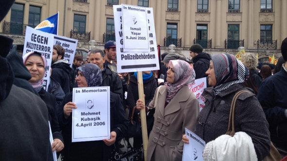 احتجاجات نساء تركيات في ميونخ ضد إرهاب خلية النازيين الجدد. DW