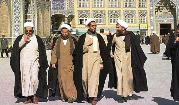 رجال دين ايرانيين في مدينة قم الصورة د ب ا