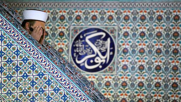 إمام يدعو الله في منبر مسجد في مدينة صوفيا. Getty Images