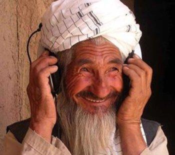 فلاح أفغاني وعلى أذنيه سماعات. Afghan Eyes