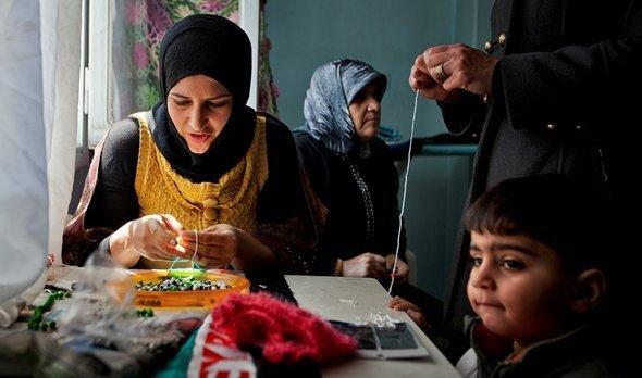 امرأة سورية في حلب تعمل في الخياطة. فيكتور براينار