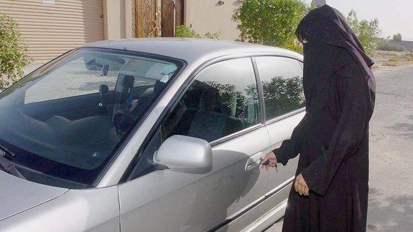 امرأة سعودية تفتح باب سيارة عائلتها بتاريخ: 19 يونيو/ حزيران 2005. د ب أ