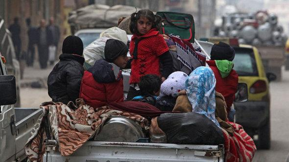 عائلات سورية لاجئة في حلب. رويترز