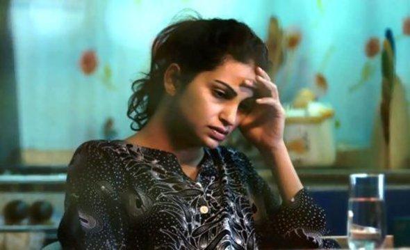 """مشهد من فيلم """"حرمة"""" وتظهر فيه المخرجة والممثلة السعودية عهد كامل في دور الأرملة أريج"""