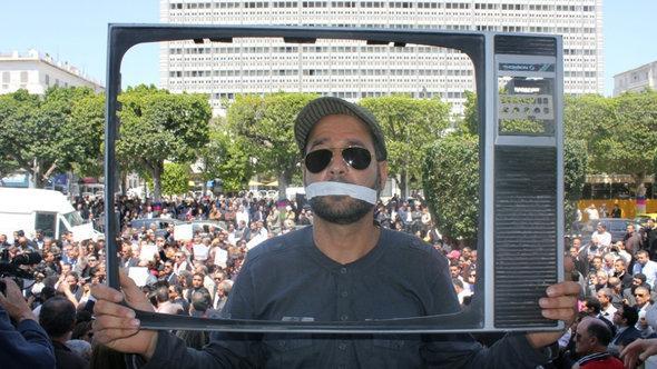 مظاهرة احتجاجية في تونس ضد خصخصة التلفزة العمومية التونسية. تاريخ الصورة إبريل/ نيسان 2012. DW
