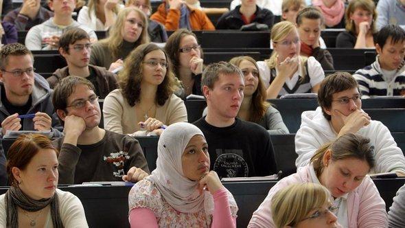 طالبة مسلمة في محاضرة بجامعة مارتين لوتَر في مدينة هاله الألمانية. د ب أ
