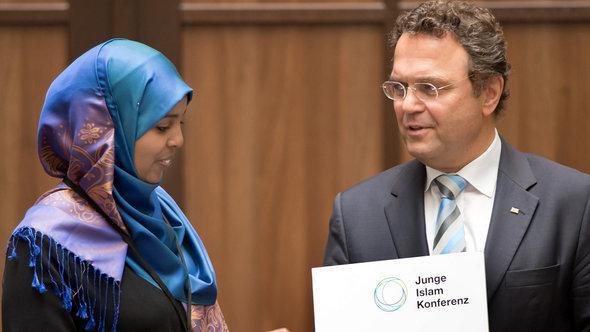 منتدبة مؤتمر الإسلام للشباب في ألمانيا إلى جانب وزير الداخلية الألماني هانز بيتر فريدريش. د ب أ