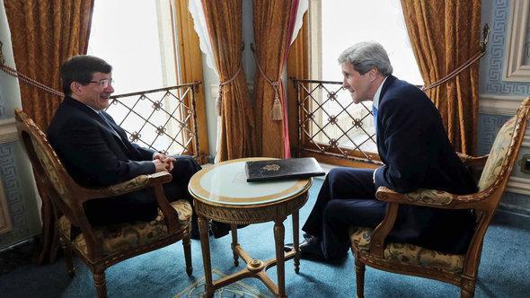 وزير الخارجية التركي أوغلو ووزير الخارجية الأمريكي كيري. د ب أ