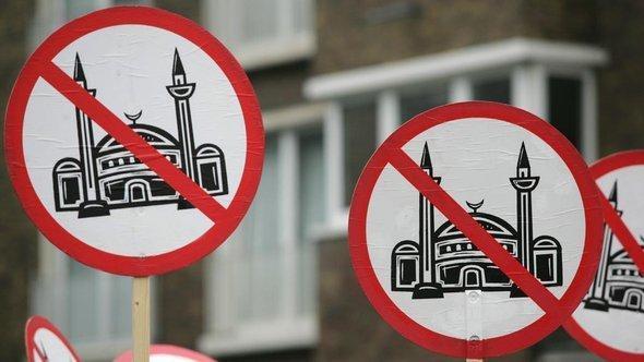 رسوم أعدّها متطرفون يمينيون تنادي بعدم بناء المساجد في ألمانيا. د ب أ
