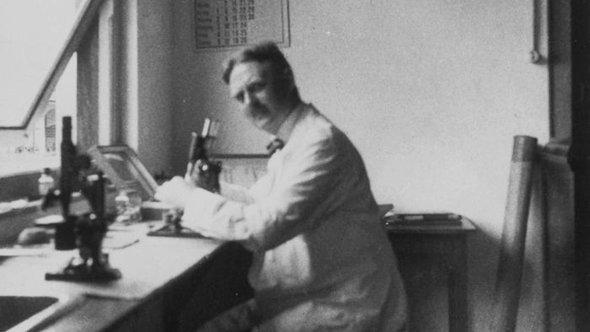 الطبيب إرنست رودنفالدْت. Wikimedia