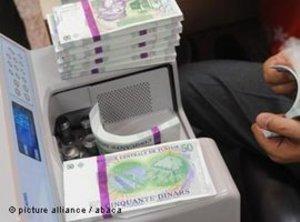 آلة عد النقود وفيها أوراق نقدية من الدينار التونسي. Picture alliance