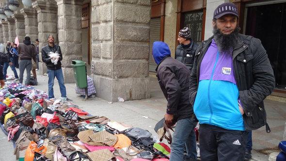 بيّاعون في شوارع تونس. DW