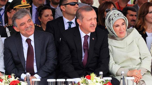 الرئيس التركي غول ورئيس الوزراء التركي إردوغان وعقيلته في حفل احتفال الجسر الثالث فوق مضيق البسفور في اسطنبول. Getty images أ ف ب