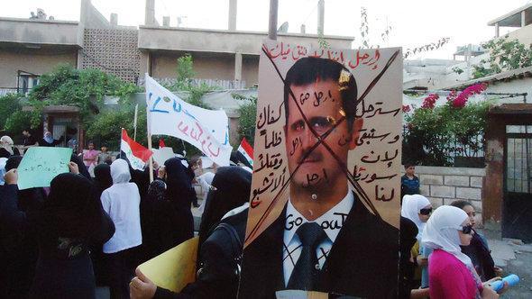 مظاهرة احتجاجية ضد الأسد في القرب من دمشق. د أ ب د