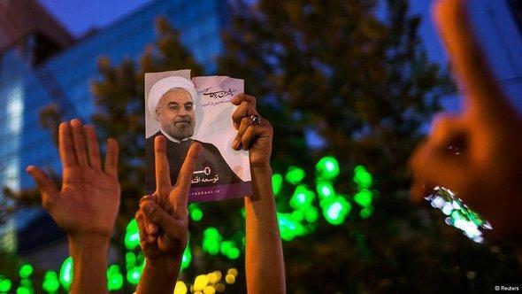 ايرانيون يحتفلون بفوز روحاني