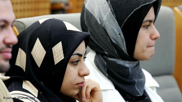 طالبتان مسلمتان تحضران في برلمان ولاية شمال الراين ويستفاليا الألمانية بمدينة دوسلدورف. د ب أ