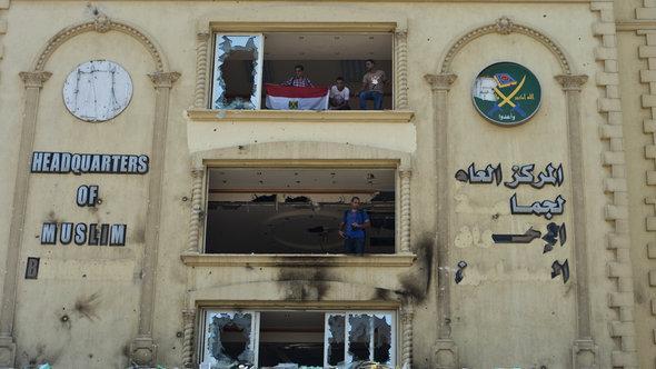 اقتحام المعارضين للمقر العام لجماعة الإخوان المسلمين في القاهرة وتخريبهم له.  AFP  Getty Images