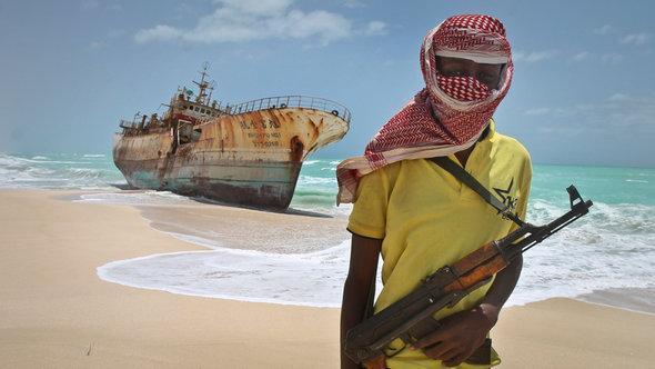 أحد القراصنة الصوماليين. أ  ب