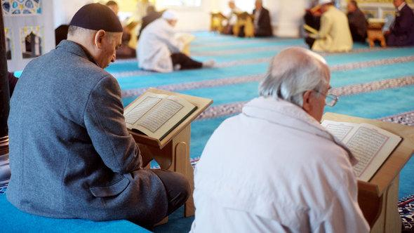 قراءة القرآن في أحد مساجد العاصمة الألمانية برلين. د ب أ