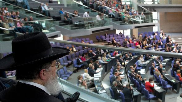 رجل دين يهودي يتابع إحدى جلسات البرلمان الألماني بونديستاغ التي تناقش موضوع الختان المفروض أيضاً في الديانة اليهودية.  د أ ب د
