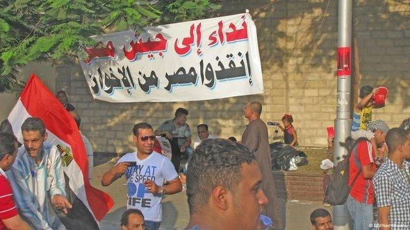 Placards in Cairo that read 'We call on the army to save Egypt from the Muslim Brotherhood' (photo: DW)