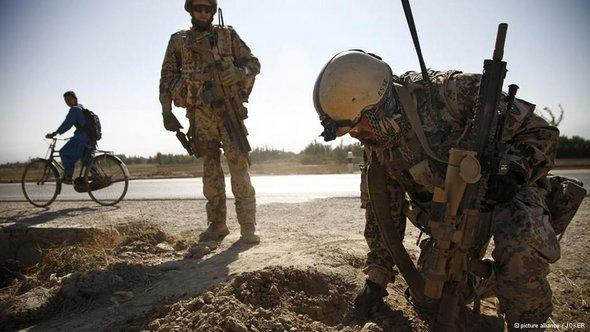 جنود من الجيش الألماني في مهمة خارجية يبحثون فيها عن الألغام في شمال أفغانستان. Picture alliance