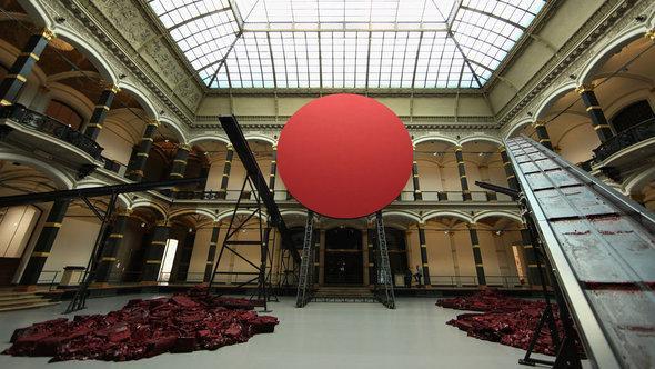 عمل أنيش كابور الفني    سمفونية للشمس المحبوبة    Symphony for a Beloved Sun  في معرضه في برلين  المقام بين 18 مايو و 24 نوفمبر 2013.   غيتي إميجيس