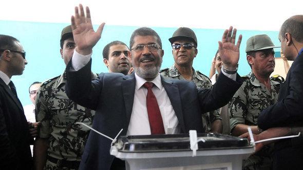 مرسي خلال إدلائه بصوته في الانتخابات الرئاسية عام 2012 . د ب أ