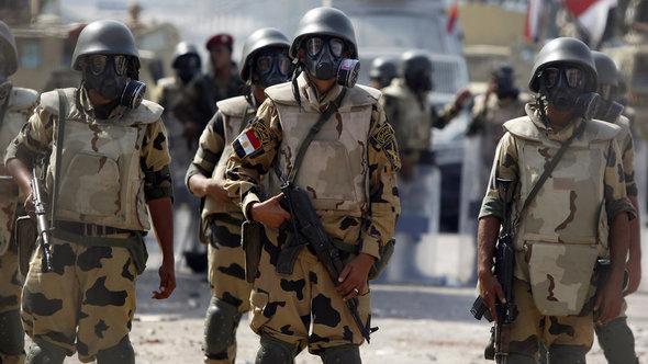 Einheiten des Militärs vor dem Sitz der Republikanischen Garden in Nasr City am 8. Juli 2013; Foto: Reuters