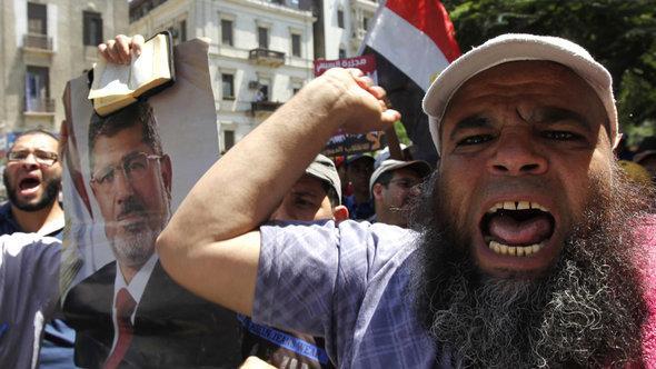 Mursi-Anhänger demonstrieren vehement gegen die Entmachtung des ehemaligen Präsidenten; Foto: Reuters