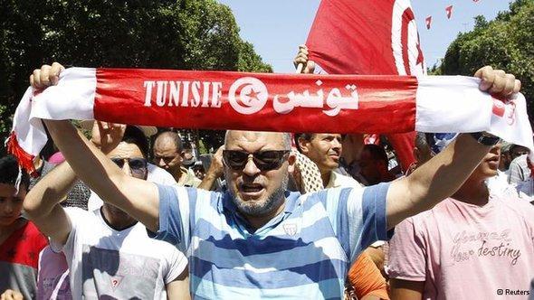 أحد نشطاء حزب النهضة الإسلامي يتظاهر احتجاجا على إغتيال البراهمي