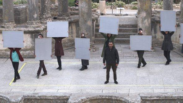 """مشهد من مسرحية الفاضل الجعايبي """"تسونامي"""".  Foto: Sarah Mersch"""