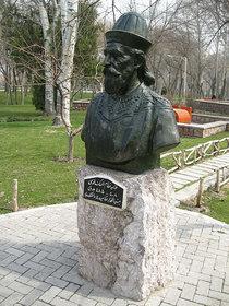 تمثال الوزير نظام الملك في مشهد، إيران. ويكيبيديا