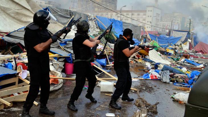 قوات الأمن أثناء فض اعتصام على رابعة العدوية. dpa