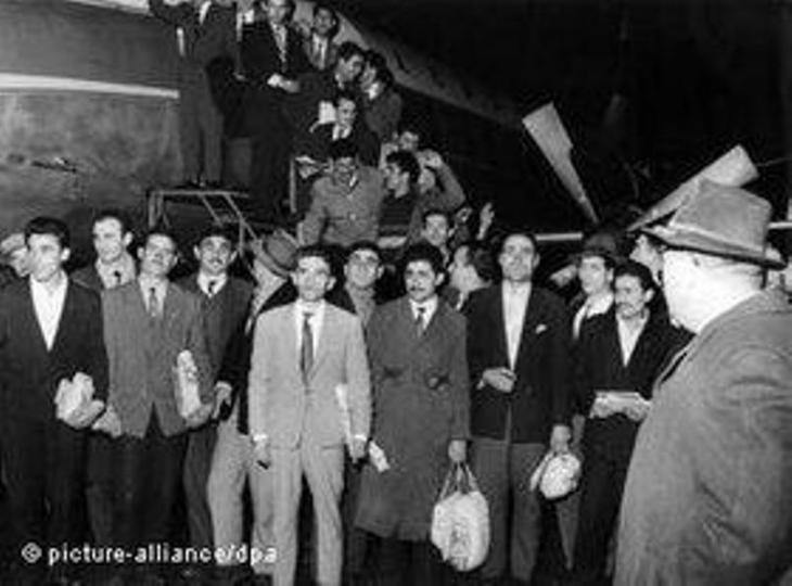 صورة لعُمّال أتراك حين وصلوا إلى مدينة دوسلدورف في ألمانيا في السابع والعشرين من نوفمبر عام 1961  . د ب أ