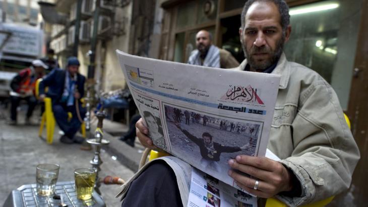 مصري يقرأ الجريدة المصرية اليومية الأهرام ويشرب كأس شاي.   Foto: AFP/Getty Images