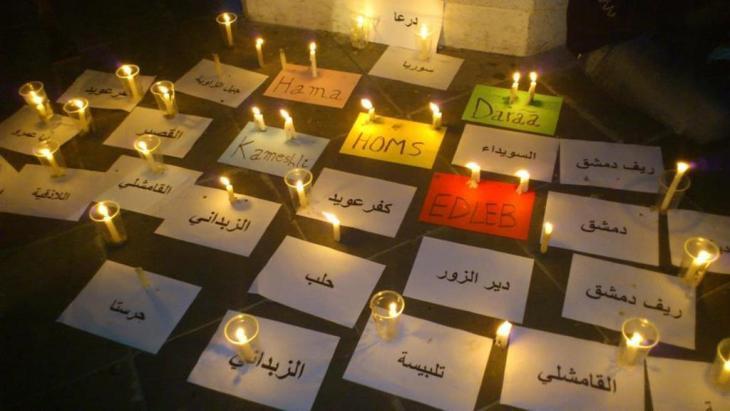 نوع من تذكر ضحايا الحرب في سوريا من خلال كتابة أسماء المدن السورية التي حدثت فيها مجازر. Foto: DW/Dareen Al Omari