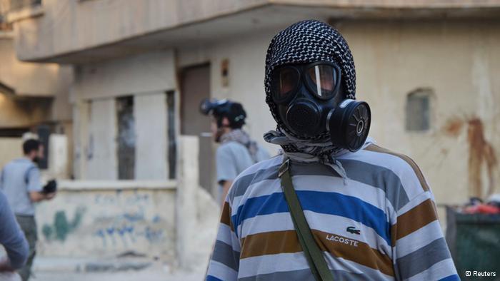 شخص يرتدي قناعاً واقياً من الغاز الكيماوي