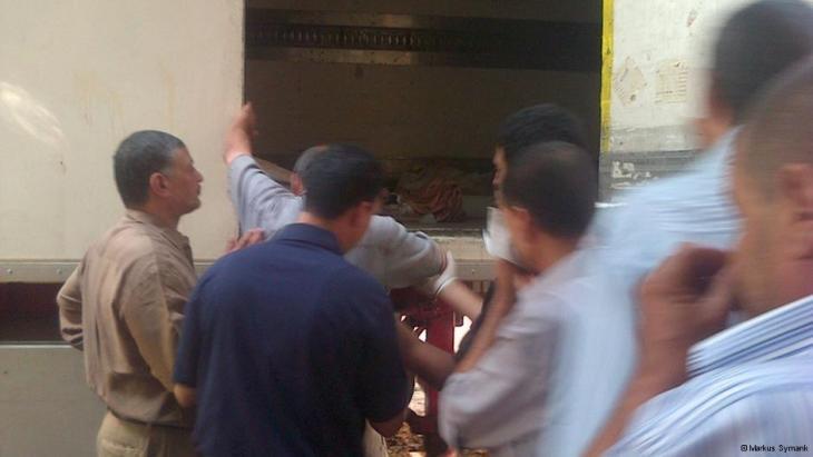 جثث لمؤيدين مرسي مخزنة في شاحنات نقل. Foto: DW/Markus Symank