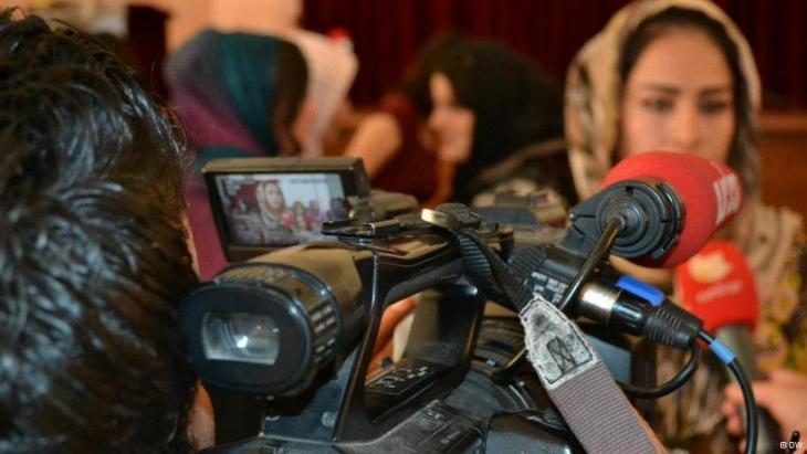 صحفية عراقية أمام الكاميرا.  Foto: DW/Munaf al-Saidy