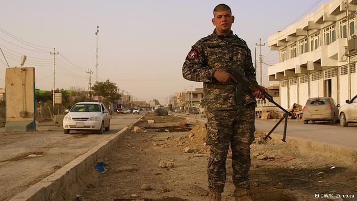 أحد المقاتلين من قوات الصحوة السُّنية العراقية الساعية لتوفير الأمن في مناطقها.  DW/K. Zurutuza