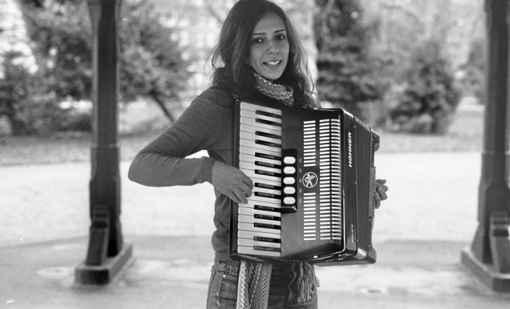 يسرى الهواري تعزف على آلة الأكورديون.  Photo Nikolas Maslowski