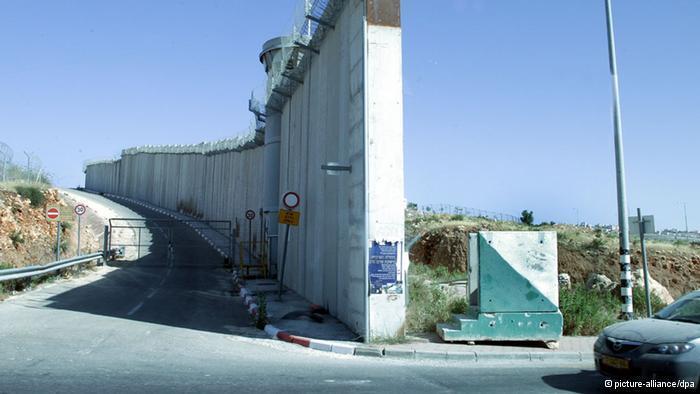 الجدار الفاصل بين الضفة الغربية وإسرائيل يبلغ طوله مئات الكيلومترات. Foto: © picture-alliance/dpa