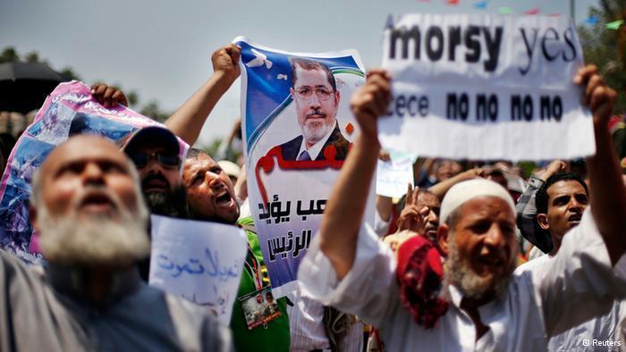 مؤيدو الرئيس المعزول محمد مرسي بتاريخ 12 يوليو 2013 يطالبون بعودته رئسياً للبلاد.  Foto: © Reuters/Suhaib Salem