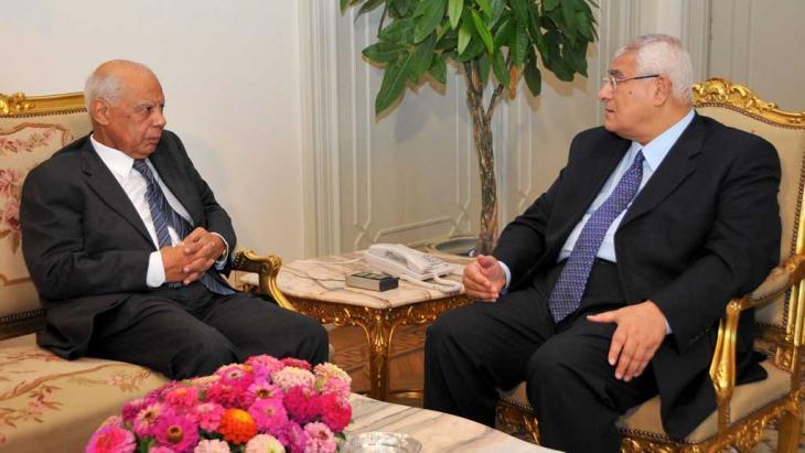 رئيس الوزراء الببلاوي (يسار) والرئيس الانتقالي عدلي منصور. رويترز